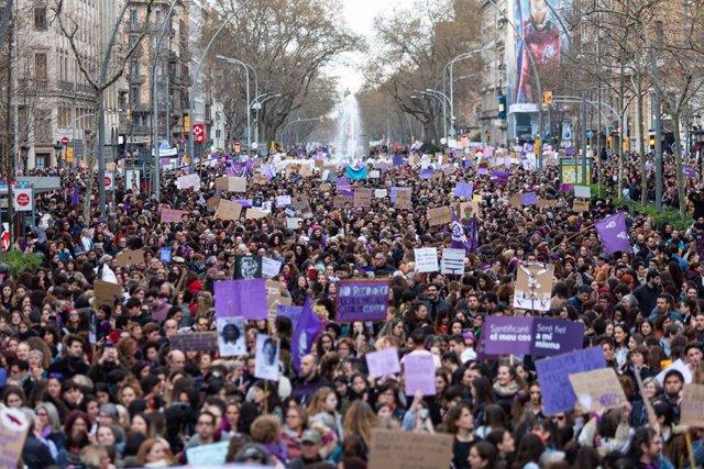 Archivo - Arxiu - Manifestació del 8M de l'any passat a Barcelona, abans del confinament
