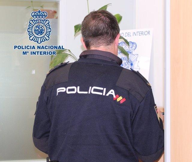 """Nota De Prensa: """"La Policía Nacional Detiene A Un Varón Como Presunto Autor De Un Atraco En La Vía Pública Contra Un Compatriota """""""