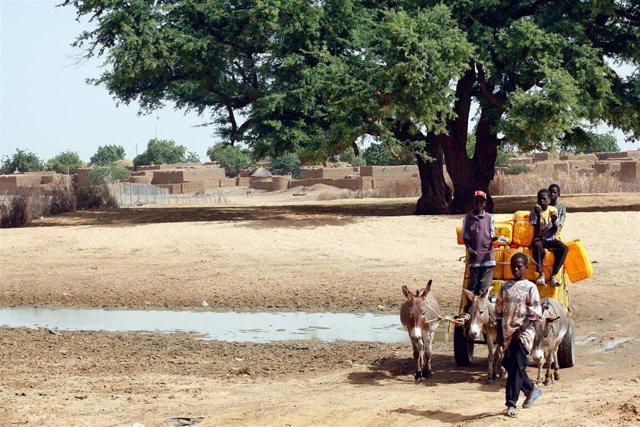 Archivo - Un grupo de personas en la capital de Níger, Niamey.