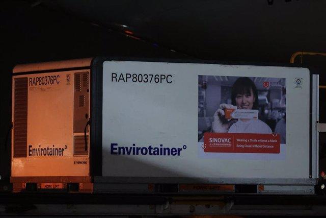 Un contenidor de vacunes CoronaVac contra la Covid-19.