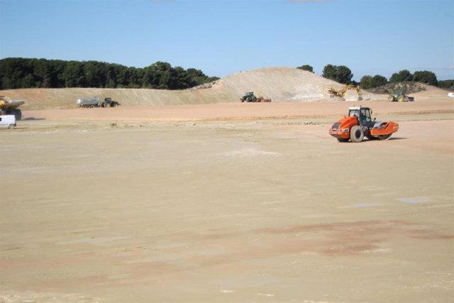Obras de preparación de los terrenos en la Plataforma Logística PLAZA, lugar en el que se ubicarán las intalaciones de Amazon en Zaragoza.