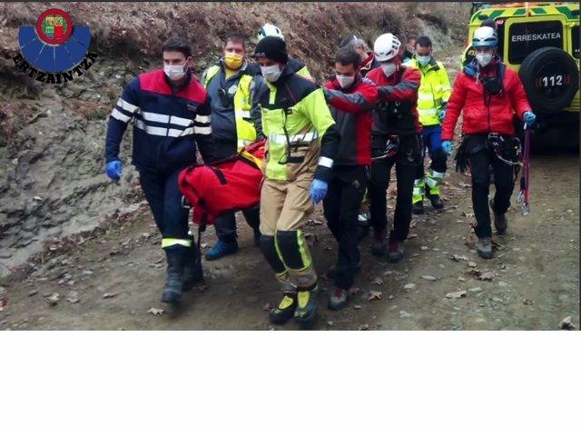 Evacuación de un cilista herido en una pista forestal de Zaratamo (Bizkaia)