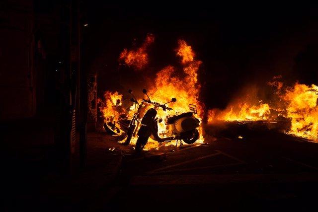 Incendi provocat pels manifestants que donen suport a Pablo Hasél durant els aldarulls a Barcelona (Espanya), 17 de febrer del 2021.