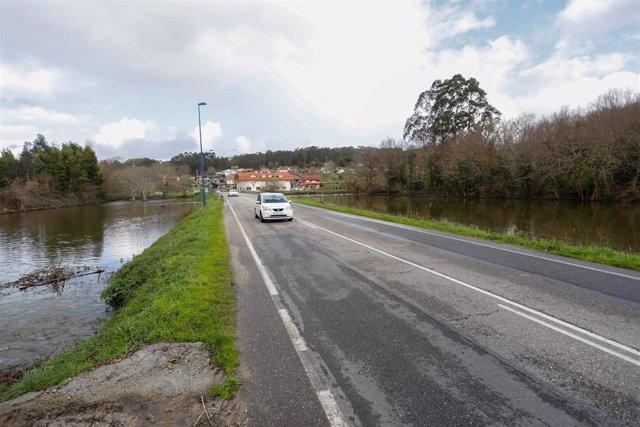 Varios coches circulando a su paso por Gondomar (Pontevedra)
