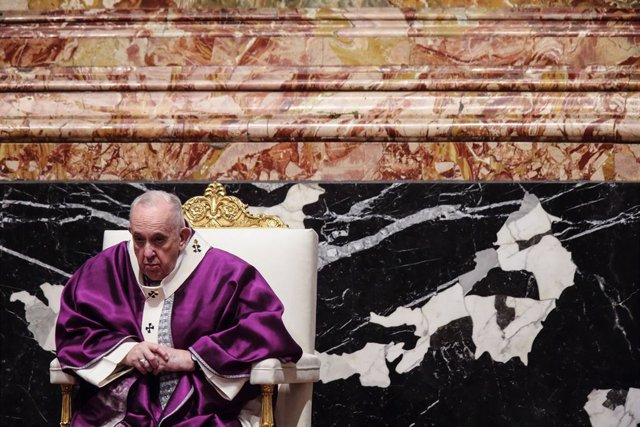 17 February 2021, Vatican, Vatican City: Pope Francis (C) attends the Ash Wednesday Mass at St. Peter's Basilica in the Vatican. Photo: Evandro Inetti/ZUMA Wire/dpa