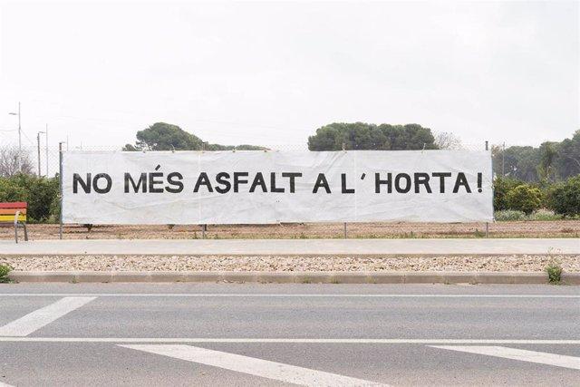 Pancarta colgada por asociaciones de vecinos y el colectivo Per l'Horta para protestar por la construcción de la nueva rotonda de Benifaraig