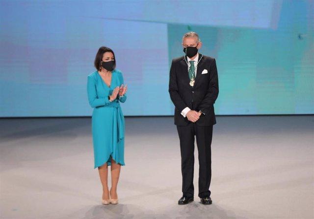 El presidente de Europa Press, Asís Martín de Cabiedes, recibe la Medalla de Andalucía concedida a la agencia en 2021 de manos de la presidenta del Parlamento, Marta Bosquet