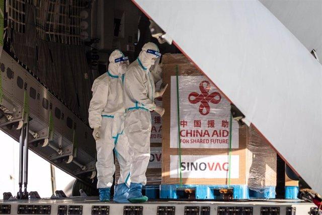 Cargamento de la vacuna Sinovac china a su llegada a Filipinas