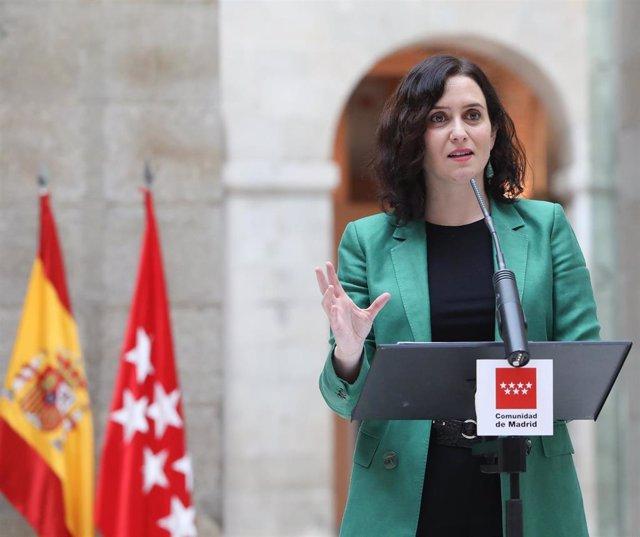 La presidenta de la Comunidad de Madrid, Isabel Díaz Ayuso interviene durante el acto de presentación del primer autobús de hidrógeno en la Puerta del Sol, en Madrid (España), a 22 de febrero de 2021. El autobús será el primero en circular a modo de prueb