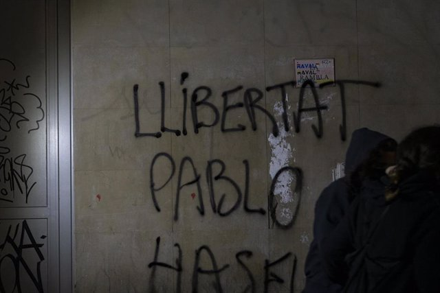 Disturbios y destrozos tras la manifestación en defensa de la libertad de Pablo Hasél tras 12 días de protestas, este sábado en Barcelona