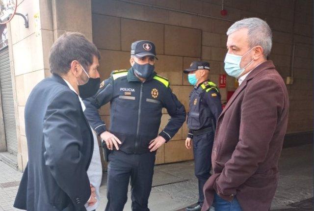 El teniente de Seguirdad del Ayuntamiento de Barcelona, Albert Batlle, junto al primer teniente de alcalde de Barcelona, Jaume Collboni