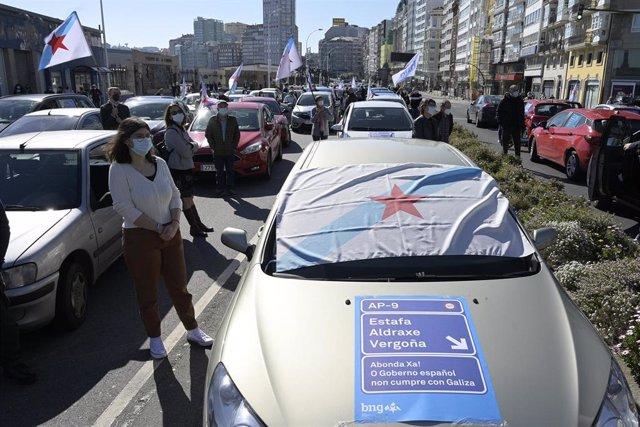 Varias personas participan en una caravana de vehículos convocada por el BNG para reivindicar la rebaja de los peajes en la AP-9, en A Coruña, Galicia (España), a 28 de febrero de 2021.