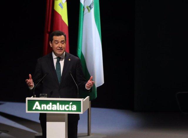 El presidente de la Junta de Andalucía, Juanma Moreno, pronuncia su discurso en el acto de entrega de reconocimientos por el 28 de febrero de 2021, en el Teatro de la Maestranza de Sevilla.