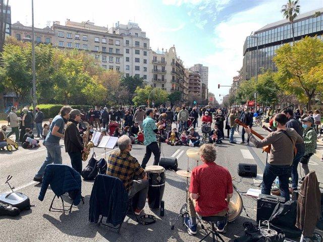 """Entidades cortan la calle Aragó en protesta contra las """"autopistas urbanas"""""""