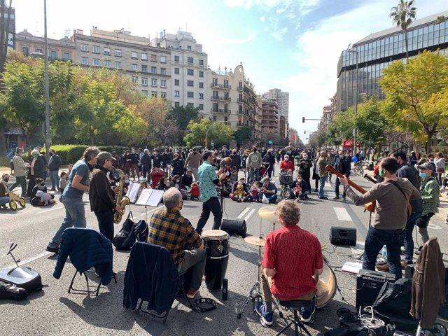 """Entitats tallen el carrer Aragó en protesta contra les """"autopistes urbanes"""""""