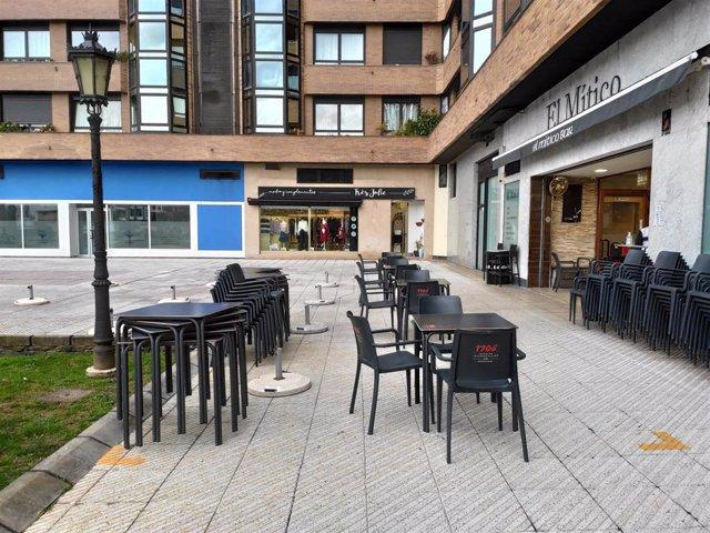 Local de hostelería en Oviedo, con la terraza instalada.