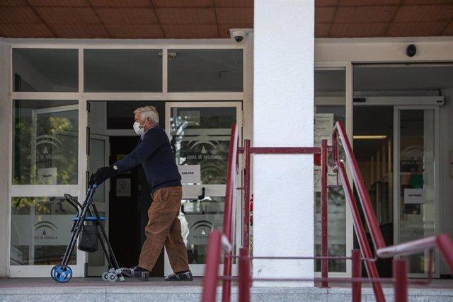 Un anciano sale de un centro residencial para mayores