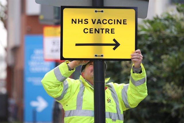 Archivo - Imagen de archivo de un cartel señalando u ncentro de vacunación en Londres.