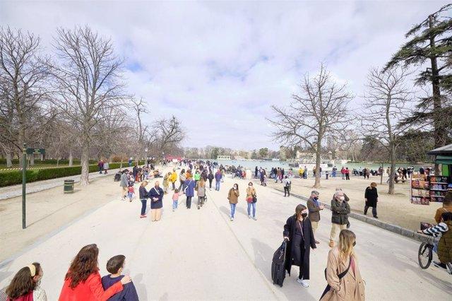 Varias personas pasean en el parque de El Retiro, en Madrid (España), a 28 de febrero de 2021. Los madrileños han disfrutado este sábado y domingo del primer fin de semana con el parque de El Retiro abierto parcialmente
