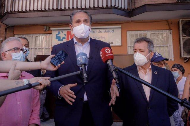 Archivo - El portavoz adjunto del Grupo Parlamentario Socialista de la Asamblea de Madrid, José Cepeda, informa sobre el desarrollo de la pandemia en el Centro de Salud de Abrantes, en Madrid (España) a 25 de agosto de 2020.