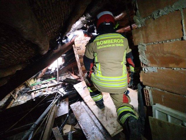 Bomberos de la DPT sofocan un incendio en una casa en Calaceite.