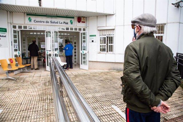 Archivo - Un hombre espera en una fila frente al Centro de Salud La Paz, en Badajoz para participar en un cribado masivo, en una imagen de archivo.