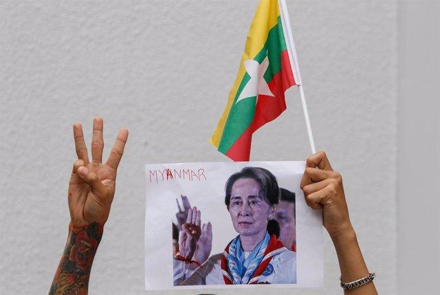 Protestas en Bangkok contra la junta militar golpista en Birmania