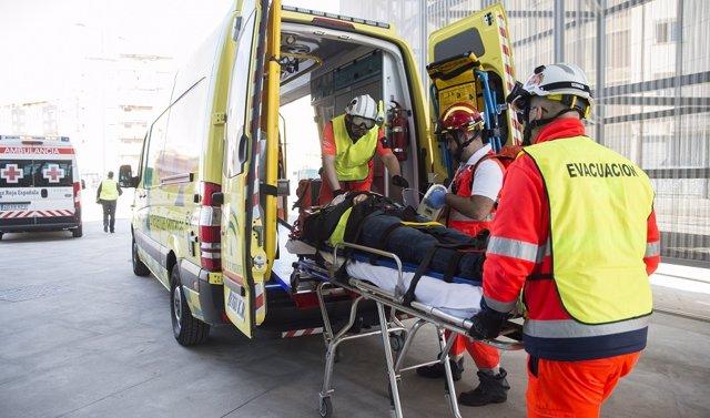 Archivo - Ambulancia durante la atención a un herido