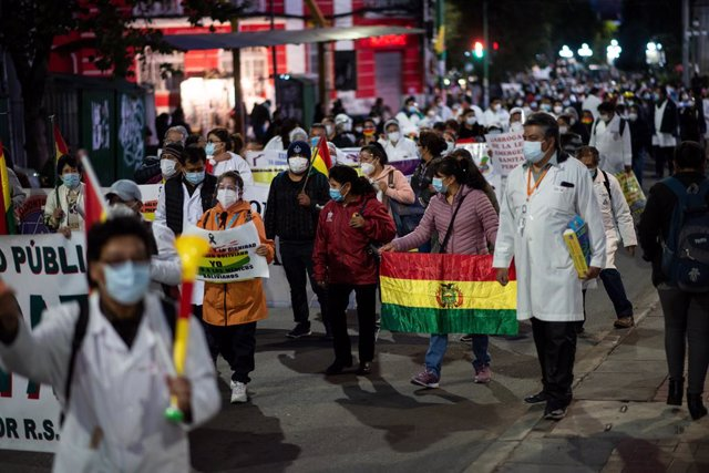 23 February 2021, Bolivia, La Paz: Health care workers take part in a demonstration against a law that they say will restrict their right to demonstrate and strike in central La Paz. Photo: Radoslaw Czajkowski/dpa