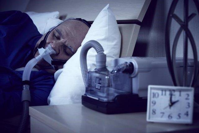 Archivo - Según un estudio reciente, el tratamiento de pacientes con apnea del sueño moderada o grave con terapia de presión positiva en las vías respiratorias (PAP) se asocia con una reducción de las visitas de atención aguda y los gastos de atención méd