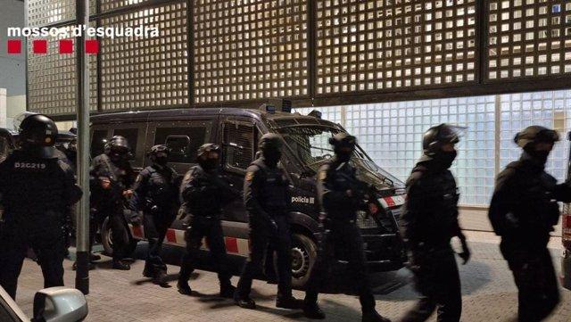 Agents dels Mossos d'Esquadra participen en un operatiu antidroga a Barcelona.