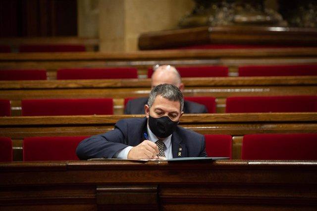 El conseller de Interior en funciones, Miquel Samper, durante la Diputación Permanente del Parlament, en Barcelona. Foto de archivo.
