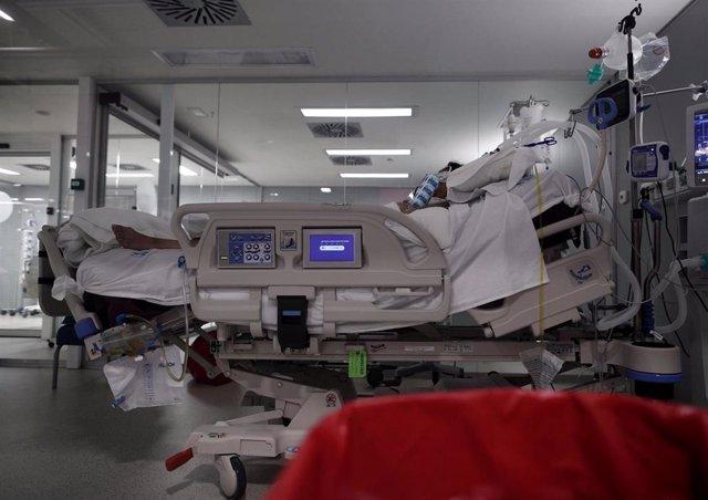 Archivo - Un enfermo en una cama de la UCI (Archivo)