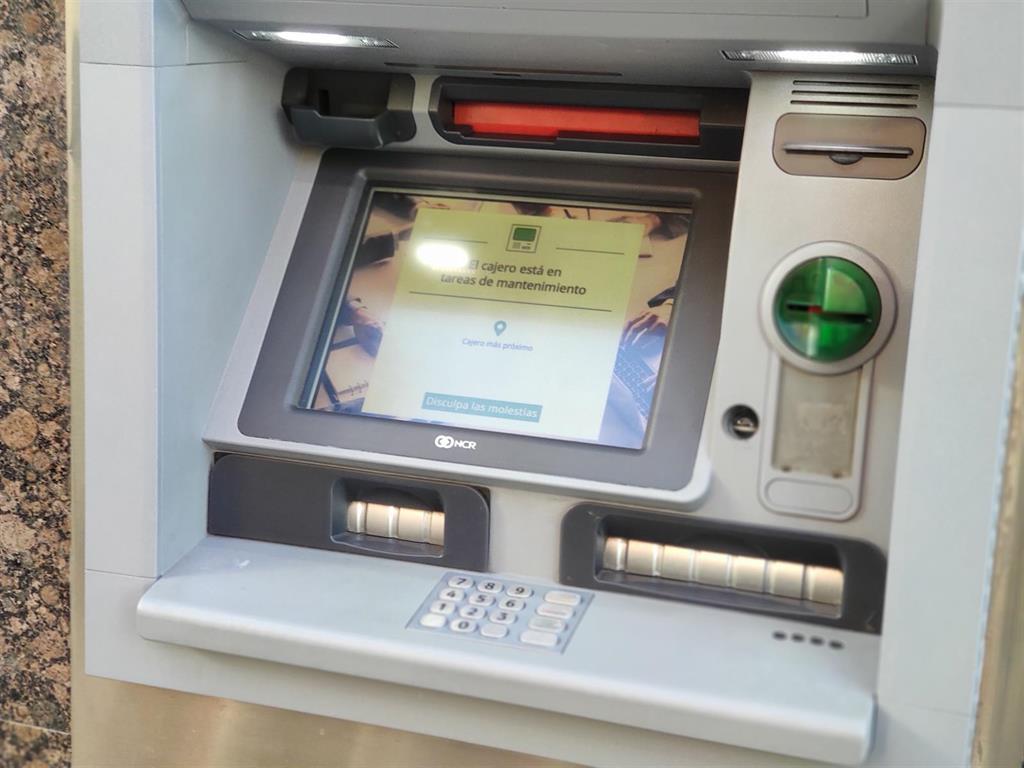 La retiradas de efectivo se hunden un 31% en 2020 y desaparecen más de 1.000 cajeros