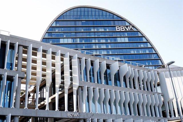 Archivo - La Ciudad BBVA, sede corporativa del Grupo Banco Bilbao Vizcaya Argentaria en España, donde se levanta, La Vela una torre circular de 19 plantas, en Madrid (España), a 17 de noviembre de 2020.