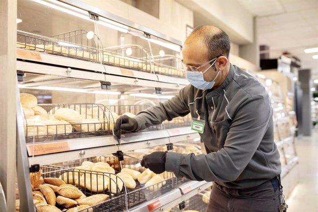 Treballador de Mercadona en un supermercat de València