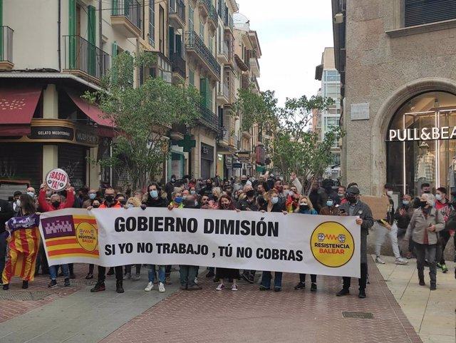 Manifestantes en Palma piden la apertura de la restauración.