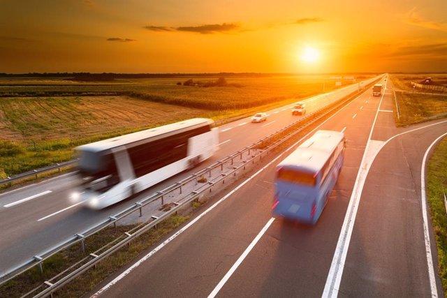 Archivo - Autobús en la carretera