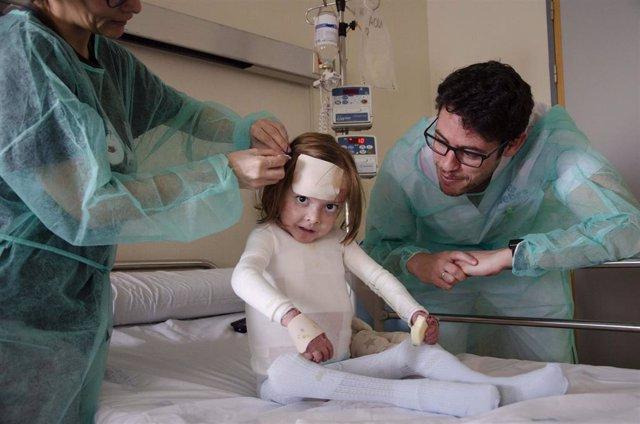 Archivo - Enfermeras en el hospital atendiendo a niña afectada de Piel de Mariposa.
