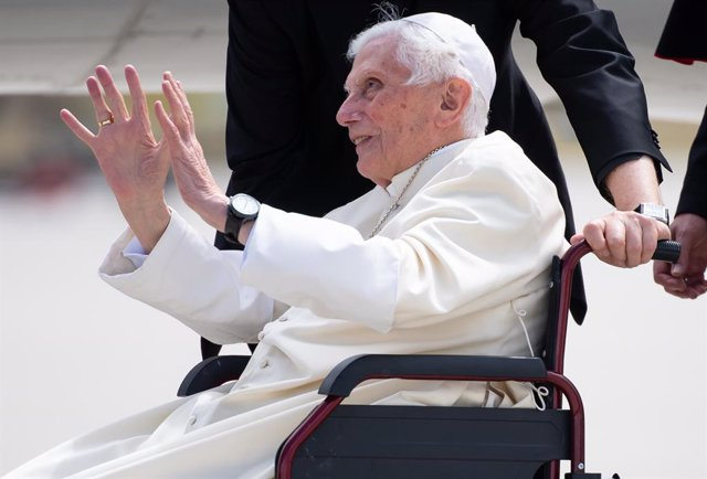 Archivo - 22 June 2020, Bavaria, Freising: Pope Emeritus Benedict XVI gestures at the Munich Airport before his departure to Rome. Former Pope Benedict travelled to Germany last week to visit his 96 years old brother. Photo: Sven Hoppe/dpa