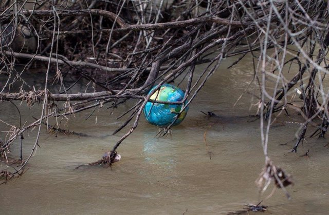 Residuos en un río.