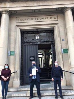 Miembros de la plataforma ante la Audiencia Provincia con el escrito de denuncia registrado en Fiscalía