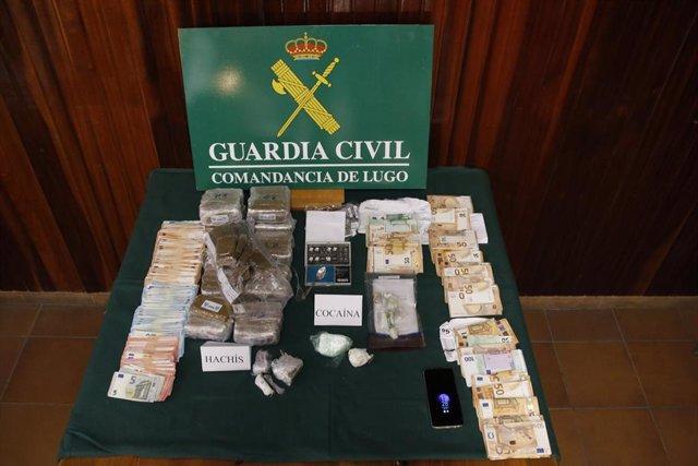 Efectos intervenidos en una operación de la Guardia Civil que ha desarticulado una red de tráfico de drogas en A Mariña lucense.G