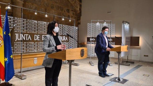 La consejera de Educación y Empleo, Esther Gutiérrez, en rueda de prensa junto al secretario general de Educación, Francisco Javier Amaya, para anunciar el inicio de la vacunación contra la Covid-19 en docentes de Infantil y Primaria en Extremadura