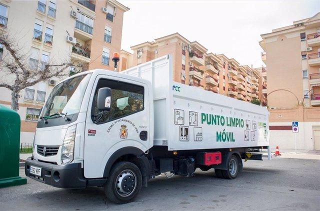Vehículo del servicio de Punto Limpio Móvil en la capital jiennense