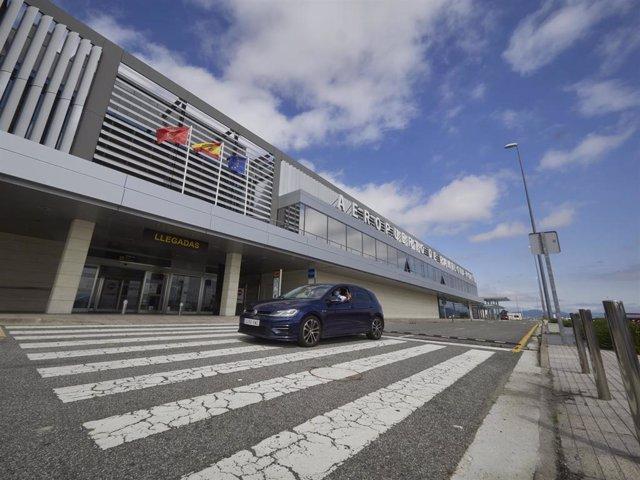 Archivo - Un coche pasa junto al Aeropuerto de Noain-Pamplona, donde se han implementado medidas para la reanudación de los vuelos de pasajeros, en Pamplona, Navarra (España), a 1 de julio 2020.