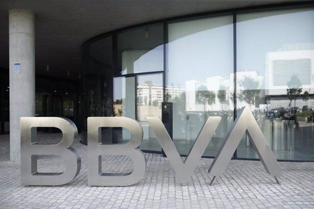 Archivo - Nuevo logo del BBVA a las puertas de su sede en Madrid.