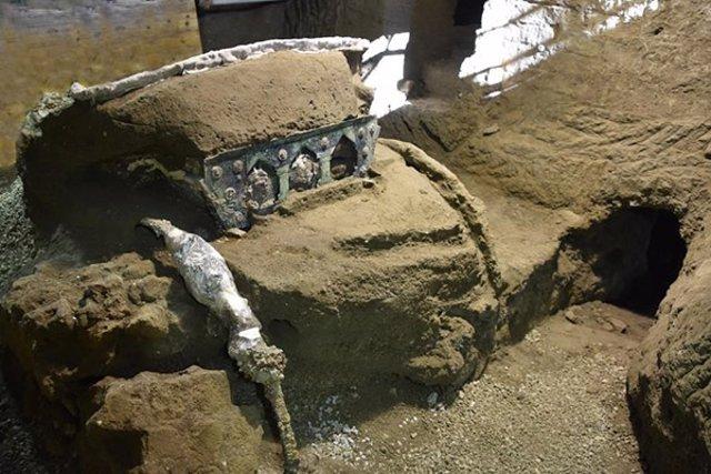 Carro ceremonial romano excavado en Pompeya