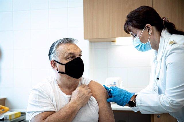 Viktor Orban, primer ministro de Hungríak, recibe la vacuna contra la COVID-19