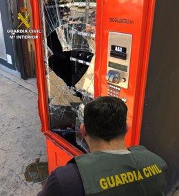 Archivo - Actos vandálicos en máquinas expendedoras de alimentos y bebidas.